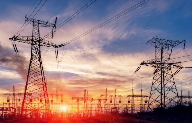 Subestação elétrica de distribuição com linhas de energia e transformadores Foto Premium