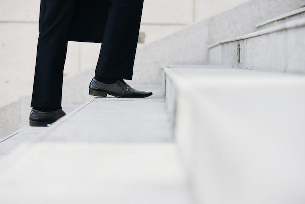 Subindo as escadas Foto gratuita