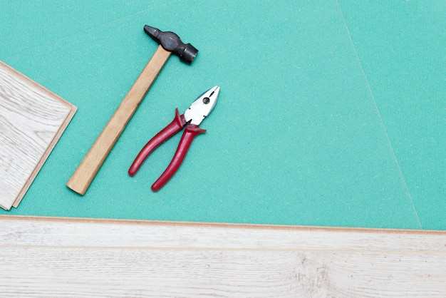 Substituição de um laminado ou parquet no apartamento Foto Premium
