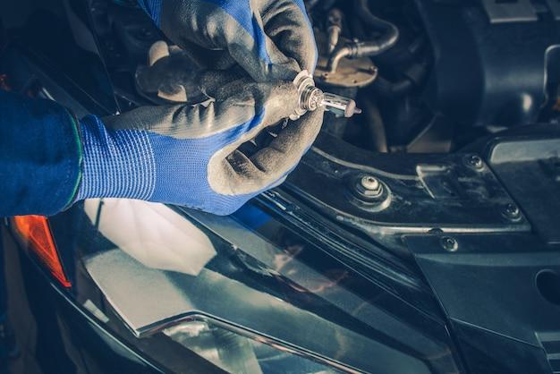 Substituindo o farol do farol do carro Foto gratuita