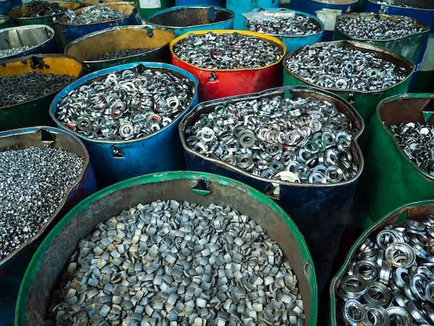 Sucata de alumínio e aço pressionados juntos para fusão e reciclagem. Foto Premium