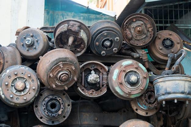 Sucata de metal as peças de carros antigos, peças de roda de carro. vendido no mercado de autopeças. Foto Premium