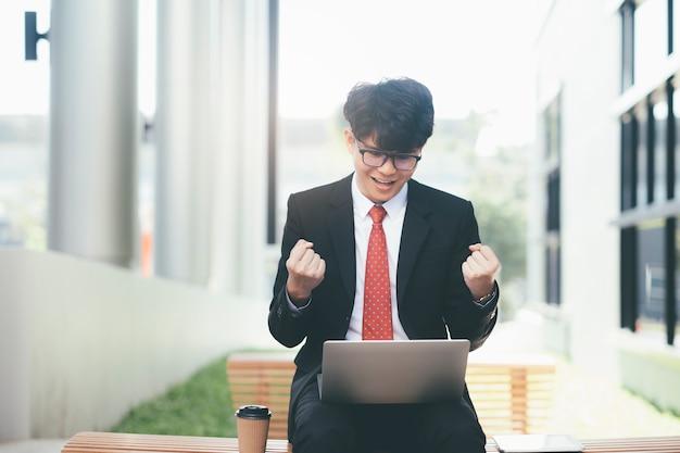 Sucesso bem sucedido e vencedora jovem empresário exultante. Foto Premium