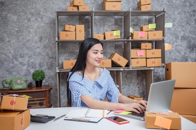 Sucesso de jovens empreendedores em fazer negócios. vendas on-line de envio. Foto Premium
