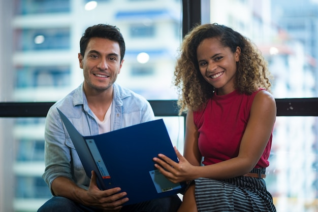 Sucesso e conceito vencedor - equipe de negócios feliz comemorando a vitória no escritório Foto Premium