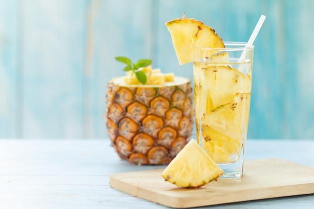 Suco de abacaxi pedaços abacaxi bebida saudável e bebida de fruta de verão Foto Premium
