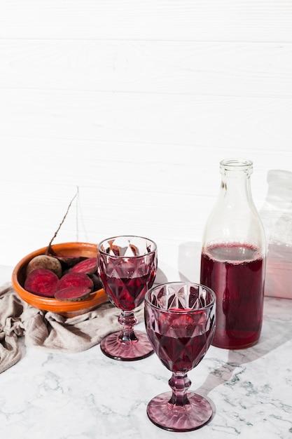 Suco de beterraba em copos de vinho Foto gratuita