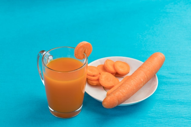 Suco de cenoura em um copo azul Foto Premium
