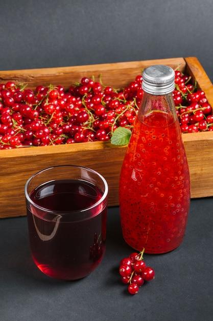 Suco de cranberry e frutas na caixa de madeira Foto gratuita