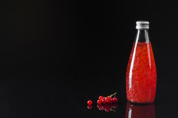 Suco de cranberry em fundo preto Foto Premium