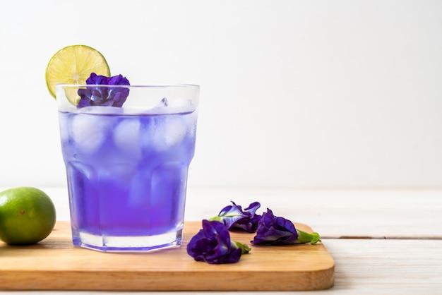 Suco de ervilha borboleta com limão Foto Premium