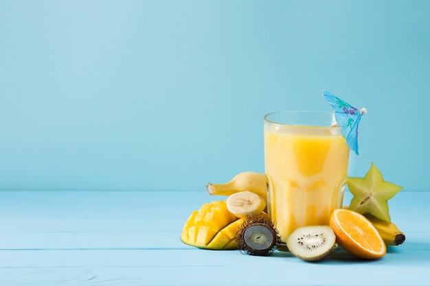 Suco de fruta delicioso no fundo azul Foto gratuita