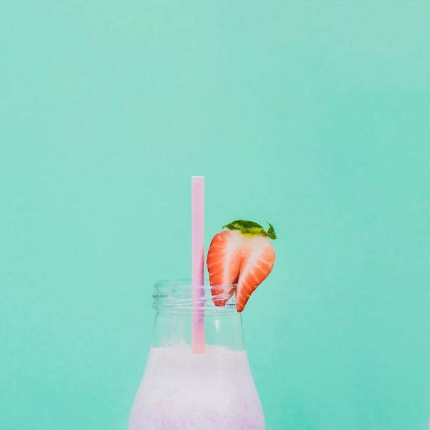 Suco de fruta saudável com fundo de cor Foto gratuita
