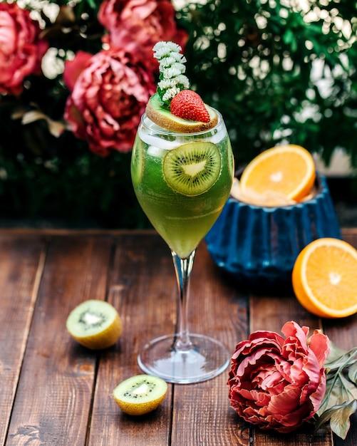 Suco de frutas mistas com frutas frescas dentro Foto gratuita