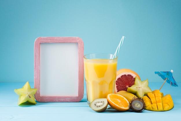 Suco de frutas tropicais com espaço para texto Foto gratuita
