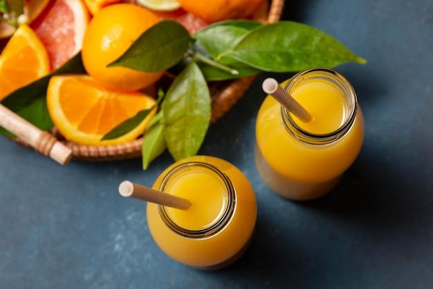 Suco de laranja com mistura de frutas cítricas Foto gratuita