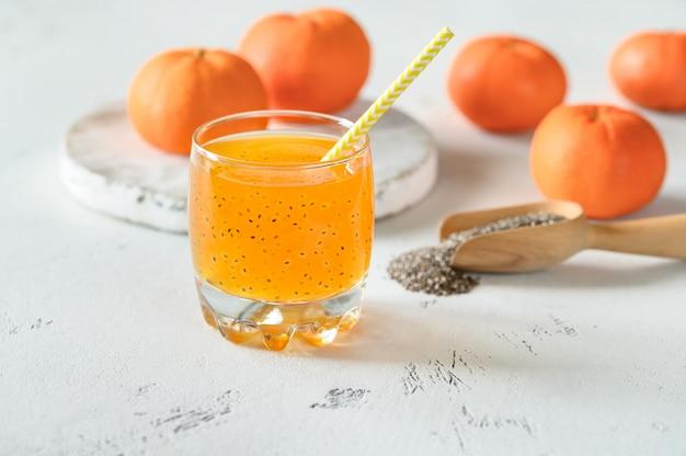 Suco de laranja com sementes de manjericão Foto Premium