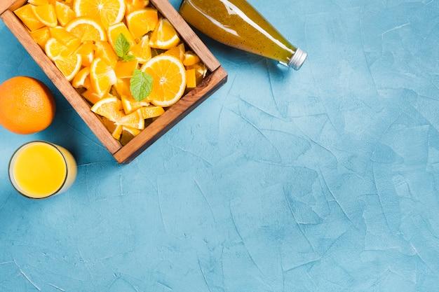 Suco de laranja e frutas com espaço para texto Foto gratuita