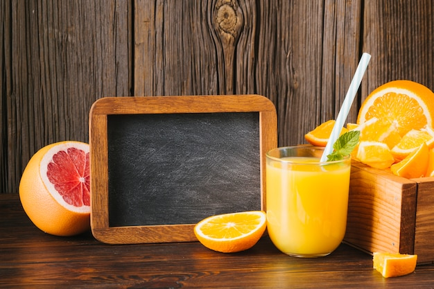 Suco de laranja e toranja com espaço para texto Foto gratuita