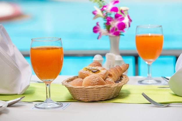 Suco de laranja fresco para beber na piscina Foto Premium