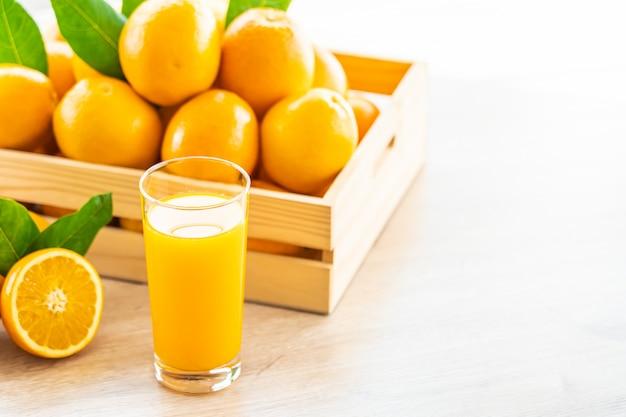 Suco de laranja fresco para beber no copo de garrafa Foto gratuita