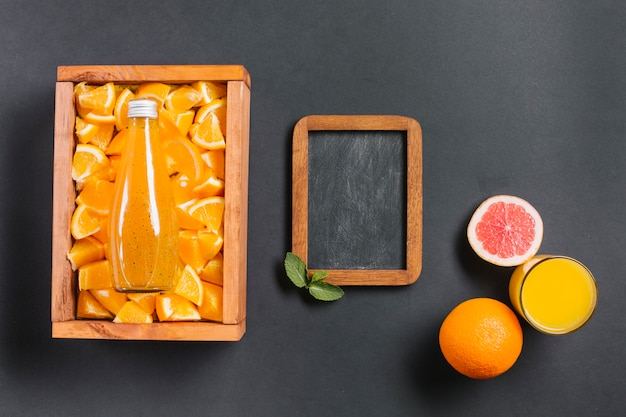 Suco de laranja topview com lousa Foto gratuita