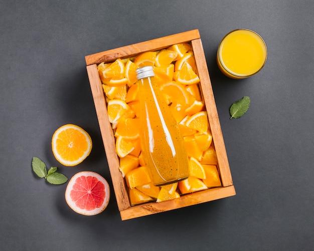 Suco de laranja topview e fatias de frutas Foto gratuita