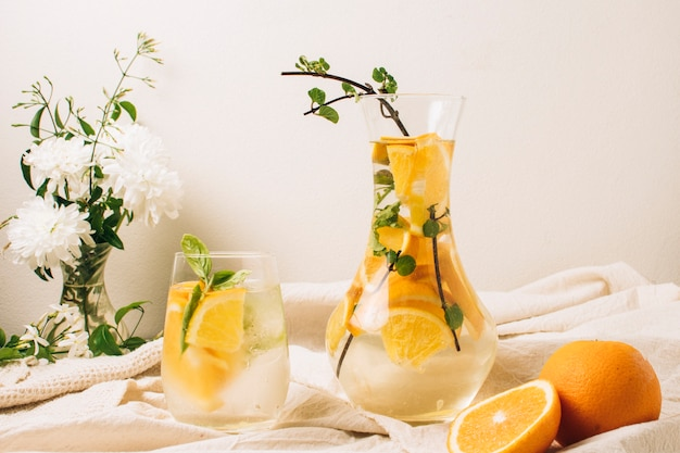 Suco de laranja vista frontal na jarra e vidro Foto gratuita
