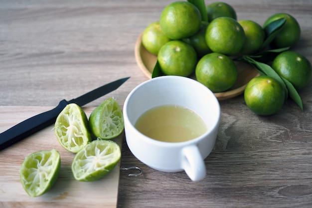 Suco de limão feito fresco no copo Foto Premium