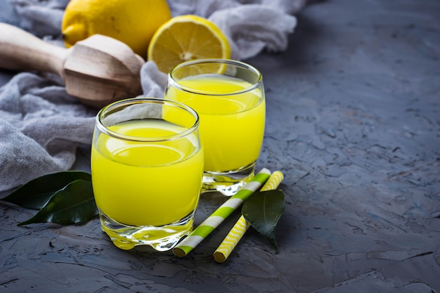 Suco de limão fresco em fundo de concreto Foto Premium