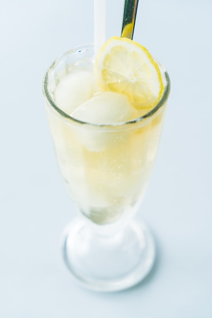 Suco de limão gelado Foto gratuita
