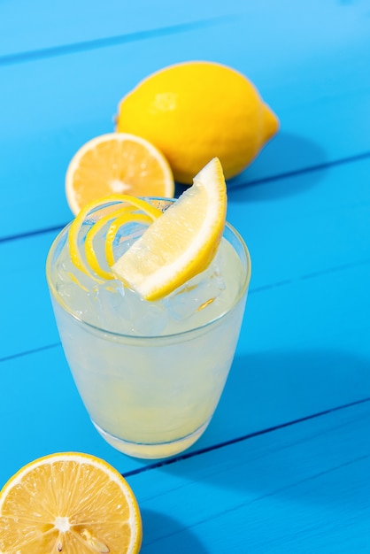 Suco de limonada caseira beber no copo Foto Premium