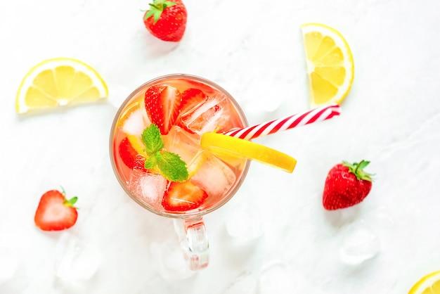 Suco de limonada morango refrescante colorido bebidas para o verão Foto Premium
