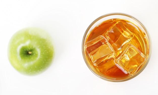 Suco de maçã com maçãs ao redor Foto gratuita