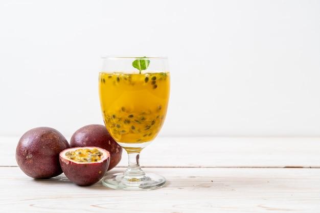 Suco de maracujá fresco e gelado Foto Premium