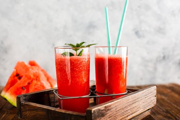 Suco de melancia fresco caseiro de vista frontal Foto gratuita