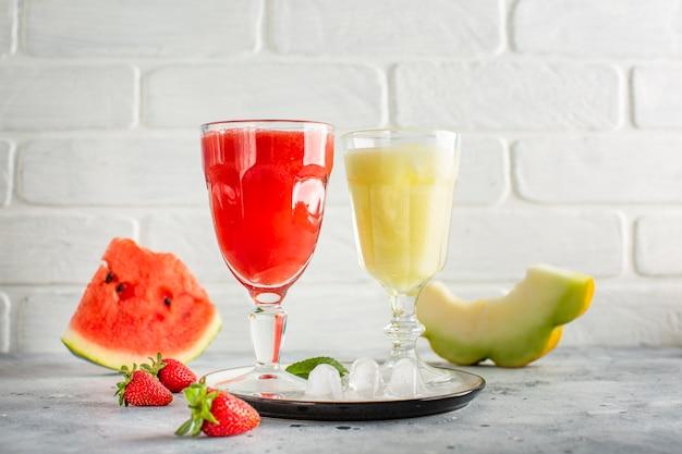 Suco de melancia vista frontal na bandeja Foto gratuita