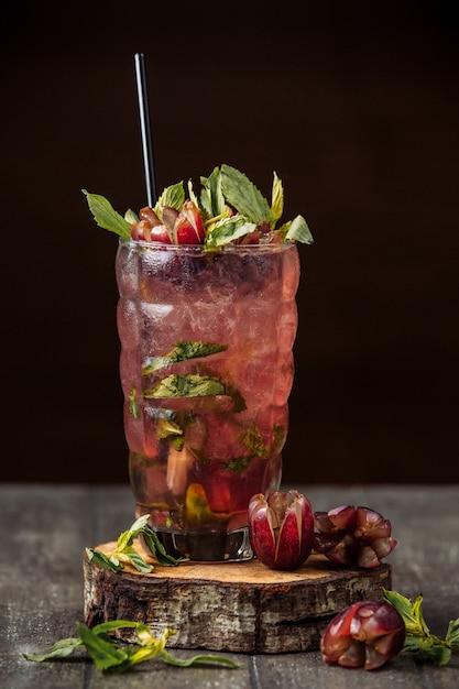 Suco de uva com fatias de uva, cubos de gelo e folhas de hortelã Foto gratuita