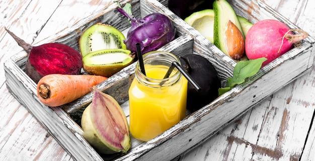 Suco de vegetais espremido na hora Foto Premium