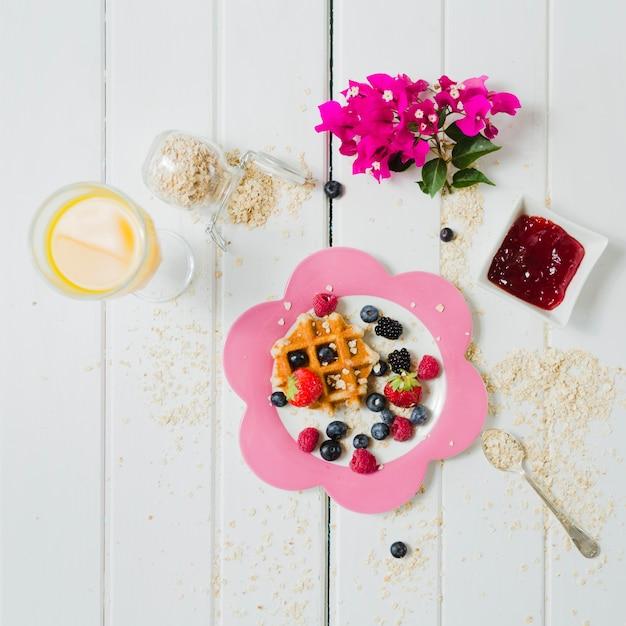 Suco de waffle e nata saboroso Foto gratuita
