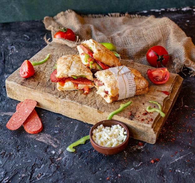 Sucuk ekmek cortado em pedaços e embrulhado em papel Foto gratuita