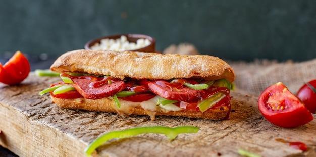 Sucuk ekmek, sanduíche de salsicha com alimentos misturados Foto gratuita