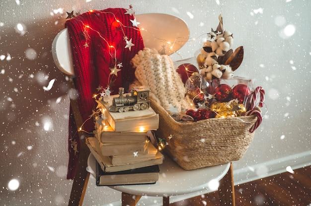 Suéter de inverno e decorações de natal Foto Premium