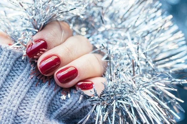 Suéter tricotado à mão com unhas bordô Foto Premium