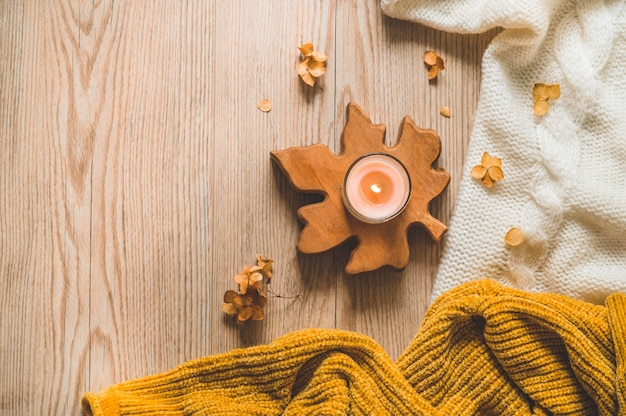 Suéteres quentes e xícara de chá. ainda vida aconchegante em tons quentes. conceito de outono-inverno. Foto Premium