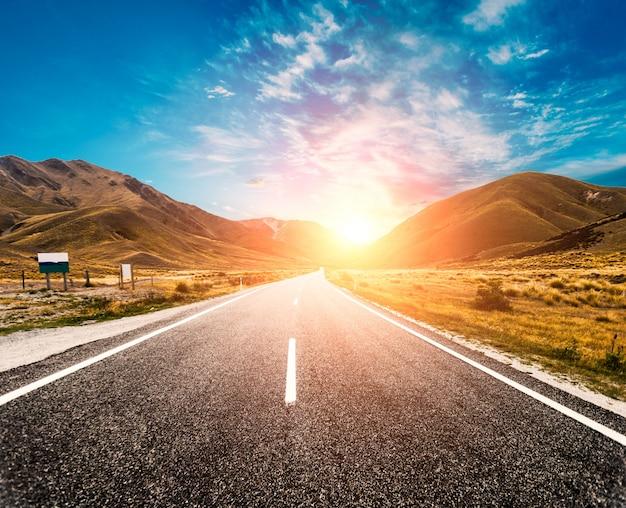 Sun no horizonte da estrada Foto gratuita