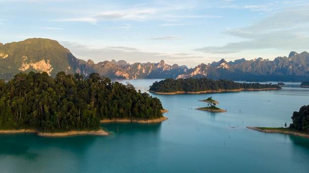 Sunligh lake, montanha, rajjaprabha, represa, (chiao lan dam), província de surat thani, tailândia Foto Premium