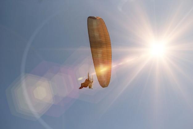 Sunset sky paramotor ou paratrike Foto Premium