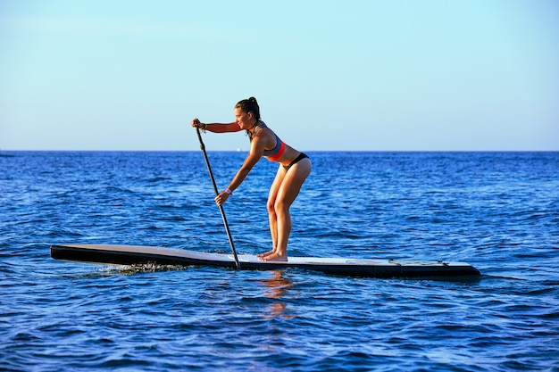Sup stand up surf girl com remo Foto Premium