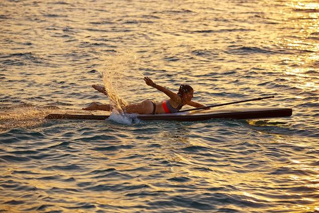 Sup stand up surf girl com remo Foto Premium